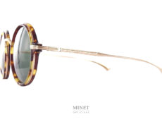Les Masunaga By Kenzo Takada Mokko sont des lunettes de soleil rondes combiné ayant les cerclages en acétate de cellulose et les branches en titane.