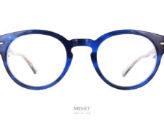 Masunaga 064 Bleu. Lunettes optiques en acétate de couleur bleue. De style rétro, les branches transparentes laissent voir la belle gravure de l'armature en titane.