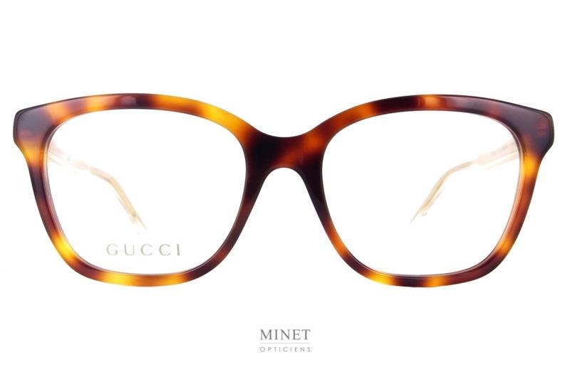 Les Gucci GG 566O sont des lunettes de luxe optique dames de forme rectangulaires. La face de couleur écailles de tortue est associé à des branches transparente laissant apparaître les armatures dorées et joliment gravées du nom de la marque.