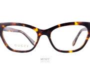 Gucci GG 570O lunettes de luxe optique dames de forme papillon. Elles ont un style très prononcé avec leurs formes très angulaires et leurs branches larges.
