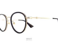 Lunettes luxueuse, les Gucci GG 608 si-ont de très belle montures optiques de forme pantos. La monture en métal est combinée avec des cerclages noirs qui donnent un peu plus de caractère à la monture.