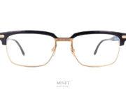 Lunettes optiques pour hommes les Masunaga By Kenzo Takada Orion. La monture est en matière combinée, Les branches et les sourcils sont en acétate noire mat. Tandis que le pont et les branches sont en titane doré . Il y a aussi de très beaux insert en titane finement ciselé au niveau des charnières. Les matériaux et la finition sont exceptionnelle, de vrais lunettes de luxe.