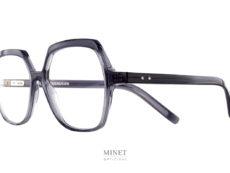 Les lunettes optiques Oscar Magnuson Lili sont de grandes montures de forme rectangulaires, voir hexagonale. Le style vintage n'est pas sans rappeler les grandes lunettes des années 80.