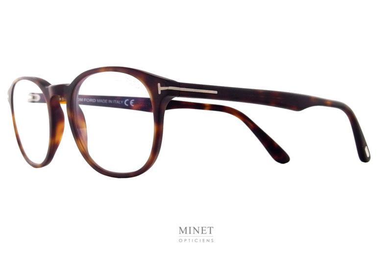 Un très beau classique typique de la collection. Avec les Tom Ford TF 5680-B vous aurez une très belle et élégante monture optique de luxe. La collection de lunettesTom Fordprésente des montures pour la femme et pour l'homme caractérisées par autant d'éléments sophistiqués qu'innovants. De la monture sobre style rétro jusqu'aux modèles au style avant-gardiste, ces lunettes luxe de vue sont audacieuses, les coloris recherchés, les matières luxueuses, les finitions exceptionnelles. Les collections de lunettesTom Fordpeuvent être regroupées en trois groupes : «Iconique», «Classique chic» et «Vintage». Les modèles affirment avec décision un style personnel. Le design allié à des détails luxueux et raffinés est synonyme de confort total et de légèreté.