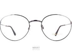 Le retour de la petite lunettes en métal se fait aussi avec la Tom Ford TF 5500. Petit souvenir des années 90, 60, 20.... La mode est un éternel recommencement, mais chaque retour apporte sont lot de modernité. Vous n'aurez donc pas une pâle copie d'une monture rétro, mais bien une paire de lunettes actuelles et bien en phase avec son temps.
