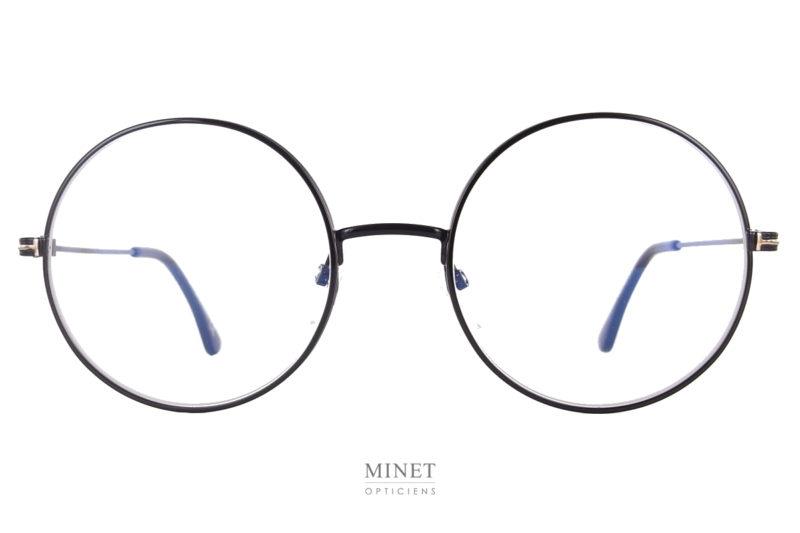 Ici, vous avez de grandes lunettes super rondes en métal. Très typées. Les cerclages sont légèrement surépaissi dans le but de lui donner encore plus de caractère. Les Tom Ford TF 5595-B sont a essayées chez l'opticien Minet à Bruxelles.