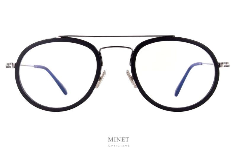 Toute nouvelle série. Les Tom Ford TF 5676 font parties des nouvelles créations de chez Tom Ford. Petites lunettes en métal. Les cerclages sont surépaissis par des inserts en acétate de cellulose. Véritables petites lunettes de style rétro mais affirmé.
