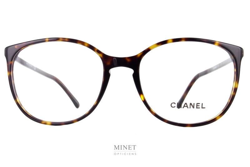 Les Lunettes optiques Chanel 3282 font partie des grands classiques et même des best-seller de la collection. Grande lunettes optiques pour dames. La finesse de la monture en fait une paire de lunettes très chic et délicate.