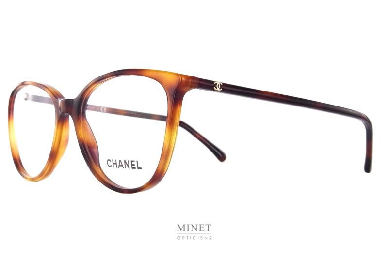 Comme le précédentes, Les Lunettes optiques Chanel 3373 font partie des best-seller de la collection. Grandes classique de la Maison, elles sont en collection depuis, déjà, quelques année et ne sont pas encore prête d'en sortir. Grande lunettes optiques pour dames. La finesse de la monture en fait une paire de lunettes très chic et délicate.