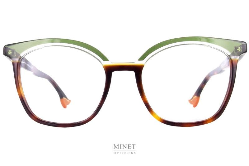 """Face à Face Bocca 20's 1. Le grand retour de la lunettes avec les plus belles jambes. Les Bocca n'ont pas de branches mais de longue jambes terminées par de superbes escarpins. Ici, on joue avec les couleurs. Si les """"jambes"""" sont de couleur écailles, la face est un savant mélange entre le vert, le cristal et l'écaille. Un très beau jeu de couleurs qui donnera une originalité et une légèreté à l'ensemble. La grande forme rectangulaire papillonnante de la face donne à cette monture un côté glamour indéniable. Son style """"années folles"""", art déco, en fait une monture très joyeuse et souriante. Un maquillage à elle toute seule. Vous n'aurez jamais l'air triste en portant ces lunettes Face à Face Bocca 20's. En résumé, ce sont de superbes lunettes, originales et pleines de vies."""