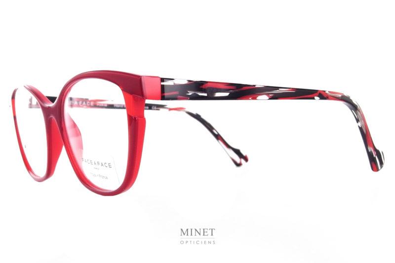 Grand retour des lunettes de créateurs Français. Les Face à Face Bahia 4 sont de très belles paires de lunettes optiques pour dames. Reconnaissables entre mille grâce à leur design original. Elles n'en restent pas moins de superbes montures.