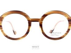 Les lunettes Face à Face Hollow 1 sont de très jolies lunettes rondes pour dames. La particularité de celle ci, car toutes les lunettes Face à Face ont leurs détails particulier, se joue dans l'épaisseur de la monture. La face a été gravée d'un sillon sur tout son pourtour. Cette gravure joue avec la lumière pour nous donner des aspects qui varient selon l'angle par lequel la lumière passe au travers de la monture.
