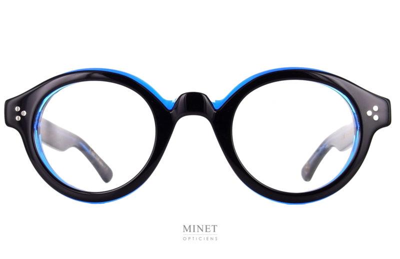 Lesca La Corb's Noir et Bleu. Le Corb's était le surnom donné à Le Corbusier par ses étudiants. Cette monture est donc un hommage, certain diront, une réédition de fameuses lunettes portées par le Maître. Lunettes qui ne sont pas tout à fait étrangères à sa renommée. Je dirais plutôt qu'il s'agit, ici, d'une interprétation assez libre d'une des nombreuses paires de lunettes qui ont été portée par Le Corbusier.