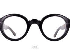 Lesca La Corb's Noire. Toujours une superbe paire de lunettes de luxe montée sur rivet assurant un look rétro et surtout un assemblage beaucoup plus solide. Le Corb's était le surnom donné à Le Corbusier par ses étudiants. Cette monture est donc un hommage, certain diront, une réédition de fameuses lunettes portées par le Maître. Lunettes qui ne sont pas tout à fait étrangères à sa renommée. Je dirais plutôt qu'il s'agit, ici, d'une interprétation assez libre d'une des nombreuses paires de lunettes qui ont été portée par Le Corbusier.