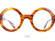 Les Lunettes Lesca Phil sont de grandes lunettes rondes bien épaisses. on pourrait croire qu'il s'agit des lunettes De cette fameuse mannequin New-Yorkaise de 93 ans.