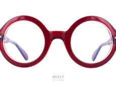 Les Lunettes Lesca Phil a4 sont la version rouge et cristal de la Lesca Phil. Ces montures optiques sont de grandes lunettes rondes bien épaisses. on pourrait croire qu'il s'agit des lunettes De cette fameuse mannequin New-Yorkaise de plus de 90 ans.