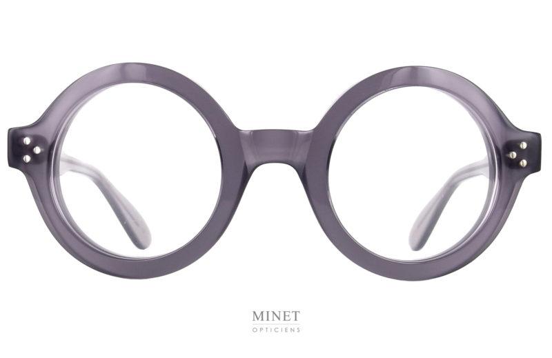 Les Lunettes Lesca Phil a5 sont la version grises transparentes de la Lesca Phil. Un style fort et marqué. Ces montures optiques sont de grandes lunettes rondes bien épaisses.