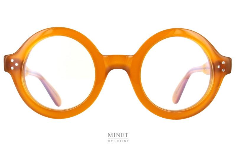 Les Lunettes Lesca Phil Jaune. Du même jaune que la plus rare des écailles de tortues. Un couleur très chic et noble. Un style fort et marqué. Ces montures optiques sont de grandes lunettes rondes bien épaisses.