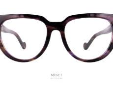Les Lunettes Moncler ML5084 sont de grandes lunettes optique de forme papillonnante. Sur les branches, le logo est blanc, ce qui signifie qu'il s'agit de la collection dame.