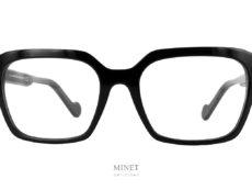 Moncler ML5099 01 . Grandes lunettes de luxe en acétate de cellulose. Les branche épaisses sont montées du célèbre logo de la Maison. Le Logo blanc nous indique qu'il s'agit d'un modèle pour dames.