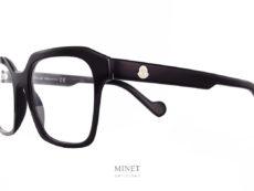 Moncler ML5099 01 . Grandes lunettes noires de luxe en acétate de cellulose. Les branche épaisses sont montées du célèbre logo de la Maison. Le Logo blanc nous indique qu'il s'agit d'un modèle pour dames.