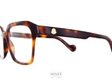 Moncler ML5099. Grandes lunettes optique en acétate de cellulose. Les branche épaisses sont montées du célèbre logo de la Maison. Après avoir transformé la doudoune en vêtement chic et branché, Monclers'est lancée dans les collections de lunettes rétro en 2009. Parmi les produits de la griffe, on retrouve une large gamme de lunettes optiques et solaires. Fidèles à l'esprit de la marque, les montures sont élégantes et arborent un style intemporel, résultat d'un subtil mélange entre tradition et modernité. Si vous cherchez de belles lunettes glacier, des rétro sport, des solaires années 50 ou 70 ou des lunettes masques glamour,Monclera sûrement le modèle qu'il vous faut dans une version élégante et chic. Vous trouverez le une bonne partie de la collection disponible ici. Si vous ne connaissez pas encore l'univers de la marque, je vous invite à visiter leur page Instagram en cliquant sur ce lien.