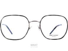 Lunettes classiques et élégantes. Tels sont les meilleurs qualificatifs de la paire de lunettes Saint Laurent SL397F. Monture métal et cerclages des verres combinés métal et acétate de cellulose.