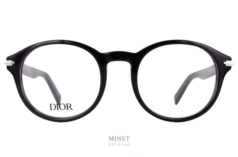 La Dior Black Suit O RI est une monture optique pour hommes. De forme pantos, c'est une monture de caractères de part son épaisseur et sa matière.