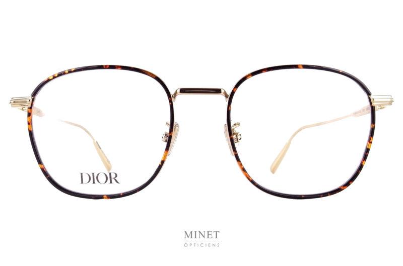 Christian Dior Black Suit O S2U. Dior Black Suit est la collection hommes. Le O désigne les lunettes optiques et le S2U désigne le modèle. Ici, il s'agite d'une petite paire de lunettes en métal doré. de forme carrée et réhaussée d'un cerclage imitant l'écaille de tortue. Ces lunettes vous apporterons un look chic, une bonne vision et un grand confort tout au long de la journée.