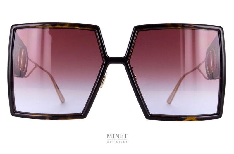Superbes Solaires. Modèle phare de la toute nouvelle collection. Les Dior 30Montaignes sont de grandes solaires de luxe super stylées. Leurs formes très carrée presque dessinées à la latte leurs donnent un styles flashy très star.