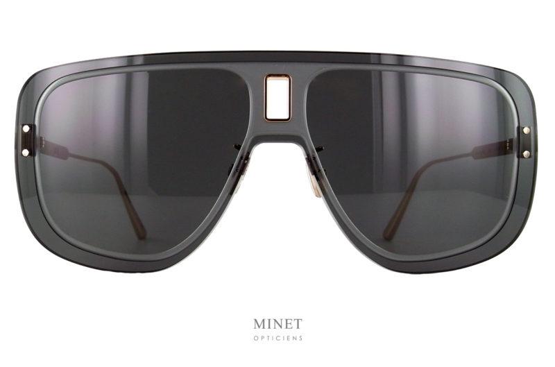 Les lunettes solaires de forme pilote rectangulaires Dior UltraDior Mu sont un mélange de masculinité et de caractère. La finition particulièrement bien soigné aussi bien par l'insert doré au milieu du pont que par les branches finement gravée au laser.