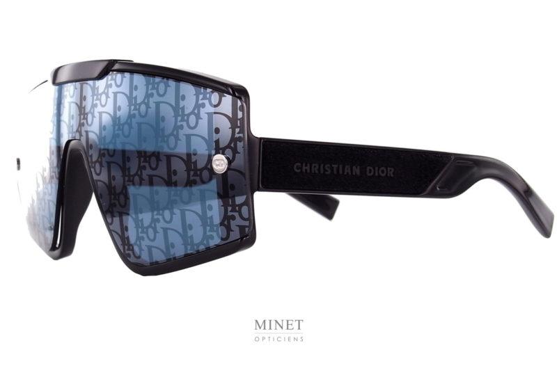 La DiorXtrem MU est une superbe paire de lunettes de soleil. Grand masque aux verres interchangeables. Vous aurez le choix, selon votre humeur du moment, entre un verre ultra-fashion miroir siglé d'une multitude de logos Dior et un verre noir chic et sobre. Les 2 vous apportant, évidement, une totale protection solaire et UV.