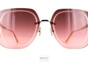 La solaire de forme carré Dior UltraDior SU rose est un mélange de féminité et de caractère. La finition particulièrement bien soignée aussi bien par les attaches du pont et des branches que par les gravure laser définissant les contours du verres.
