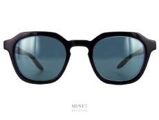Petite lunettes de soleil en acétate, montées de verres gris-bleus 100 UV. Telles sont les lunettes Barton Perreira Tucker.