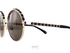 Les Lunettes solaires Chanel 4265-Q sont de très belles lunettes roneds en métal. La partie supérieure de la face, ainsi que les branches sont décorées comme une les chaines, détails omniprésents de la marque, des sacs. Une jolie chaine de double C entrelacé d'une très belle lanière de cuir.