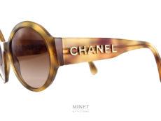 Lunettes de soleil assez fortes de part ses larges branches. Les Chanel 5410 sont de très belles solaires rondes montées de verres dégradés bruns.