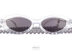 Déjà célèbres lunettes de soleil cristal avec sa chaîne de perles grises. Portées par la non moins célèbre chanteuse Angèle. Les Chanel 5424 sont uniques et super stylées.