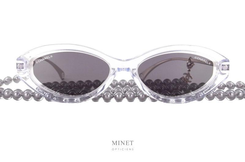 Déjà célèbres lunettes de soleil cristal avec sa chaîne de perles grises. Portées par la non moins célèbre chanteuse Angèle. Les Chanel 5424 Angèle sont uniques et super stylées.