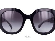 La Chanel 5433 est un modèle plutôt classique. Très belles, grandes lunettes noires. Mais là où ça diffère d'une banale paire de lunettes de soleil classique, c'est au niveau des branches. Les grandes branches ont cette originalité d'être cristal avec, dedans, des filaments métalliques qui vont imiter la trames du fameux tweed qui a fait la réputation de la Maison Chanel.