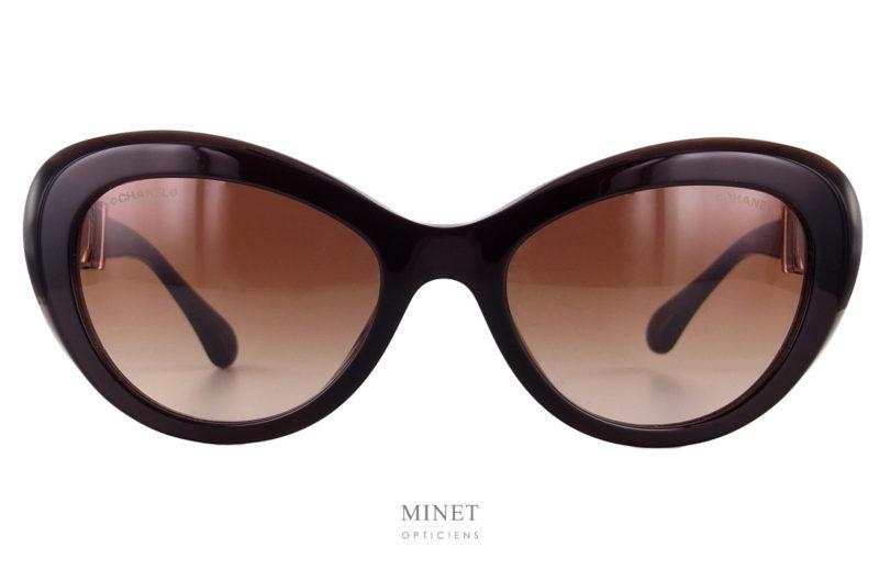 Les Chanel 5443 sont de très belles lunettes de soleil de forme papillons. Les branches nous rappellent les bijoux fantaisies qui ont contribué et contribuent encore au succès de la Maison Chanel .