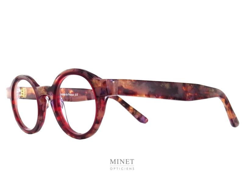 Les Lunettes optiques Thierry Lasry Melody 612 sont de très belles montures ronde en acétate. L'originalité de la monture tient autant dans son design que dans son subtil mélange de couleur. L'écailles de tortue délicatement surligné de cerclages rouges en font un très bel objet qui ne vous laissera pas indifférent. Porter des lunettes de la marque Thierry Lasry sont une preuve évidente de votre soucis de vous démarquer tout en combinant l'envie de garder une élégance certaine.