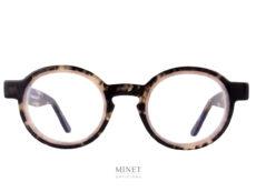 Superbes lunettes de vue, les Thierry Lasry Melody 620 sont de très belles montures ronde en acétate. L'originalité de la monture tient autant dans son design que dans son subtil mélange de couleur. La couleur écaille de tortue foncée est délicatement surligné de cerclages blanc nacré en font un très bel objet qui ne vous laissera pas indifférent.
