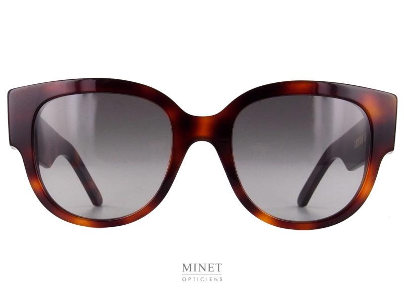 Grandes et imposantes solaires pour dames. Les lunettes de soleil WilDior BU écaille sont de très belles lunettes pour dames. Les larges branches sont gravées du nom de la marque en grandes lettres.