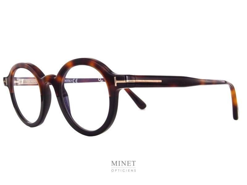Très belles lunettes rondes, les Tom Ford TF 5564-B sont de super lunettes optiques de luxe. Le cerclage légèrement épaissis donne un peu plus de caractère à la monture. On y trouve, d'origine, des verres filtrant la lumière bleu des écrans. Donc, si vous n'avez pas besoin de verres correcteurs elle sont déjà prêtes a être utilisées pour le travail sur écrans.