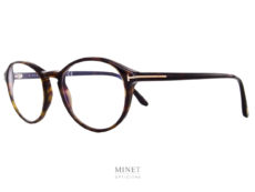 Les Tom Ford TF5753-B marquent le retour des lunettes ovales. Bien que encore timides les formes ovales reviennent, doucement mais surement, sur le devant de la scène. En quelques mots, rien de tel que pour avoir de super lunettes avant-gardistes.