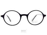 """Les Face à Face Alium Y3 Très belles lunettes ronde de couleur noire de la nouvelle collection. Solide et légères. La face en allu et les branches en acétate de cellulose vous offriront un confort et un look unique. En résumé, il ne s'agit pas que d'une simple monture de lunettes, mais d'une vrai lunettes """"plaisir"""", une monture """"accessoire"""". Vous ne porterez plus de lunettes par nécessité. Ce sera une réjouissance quotidienne que de se promener avec un si bel objet sur le nez"""