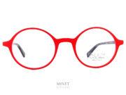 """es Face à Face Alium Y3 Rouge Très belles lunettes ovale de couleur rouge vifde la nouvelle collection. Solide et légères. La face en allu et les branches en acétate de cellulose vous offriront un confort et un look unique. En résumé, il ne s'agit pas que d'une simple monture de lunettes, mais d'une vrai lunettes """"plaisir"""", une monture """"accessoire"""". Vous ne porterez plus de lunettes par nécessité. Ce sera une réjouissance quotidienne que de se promener avec un si bel objet sur le nez."""