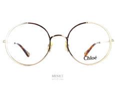 Les Chloé CH 0040o sont de très belles lunettes optiques pour dames. L'originalité de cette monture tient dans la jolie bande colorée se trouvant sur les côtés temporaux des cerclages.