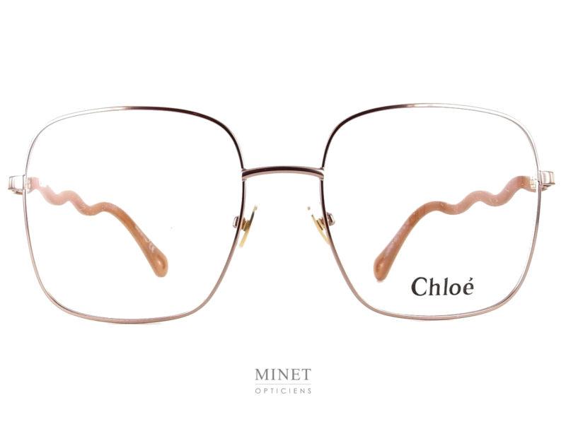 Les Chloé CH0056O sont de belles lunettes pour dames. Ces lunettes sont originales de part leurs branches zigzagant comme de petit serpentins. La montures fine en métal de forme carré est très légère et robuste. Ce sont de très belles lunettes de luxe.