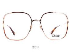 Les lunettes optiques Chloé CH0038O sont de grandes lunettes carrées fines et légères. Les tempes sont décorées d'un fin liseré de couleur écailles de tortue.